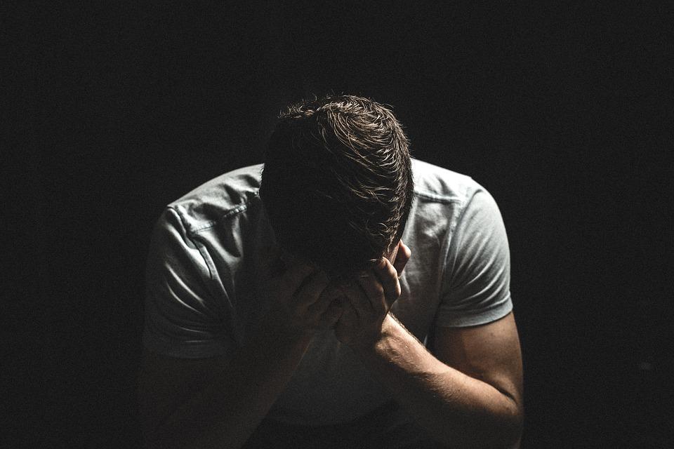 不貞に走る人は「浮気で崩壊した家庭」育ちのことが多い